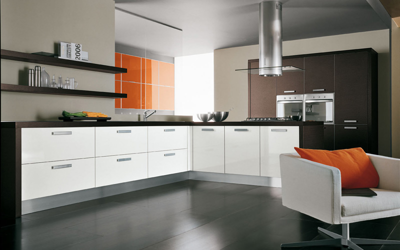 Glossy orange accent wall of kitchen for making it an intimate space
