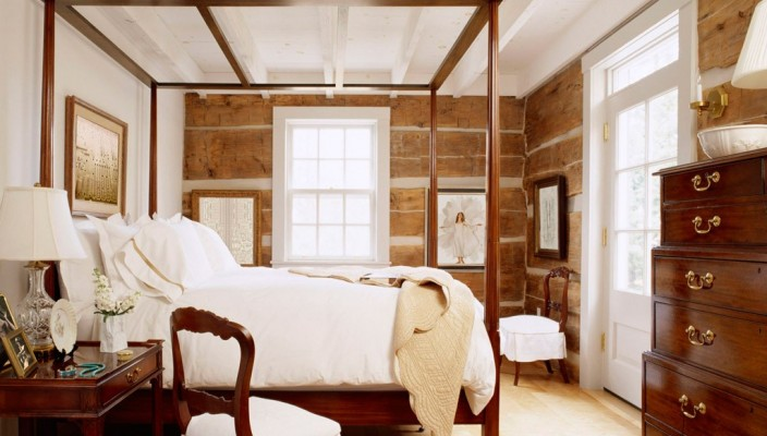A cozy and traditional bedroom