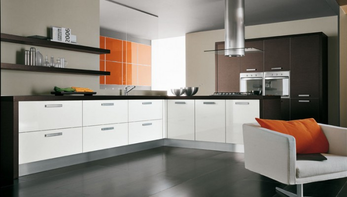 Paint a glossy orange accent wall of kitchen for making it an intimate space